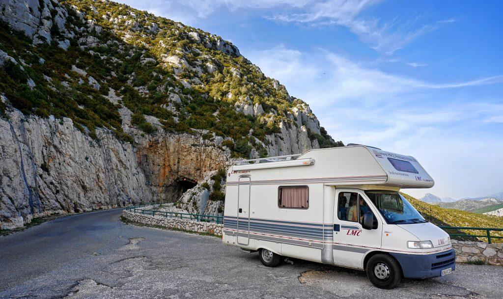 Un camping-car sur une route de montagne