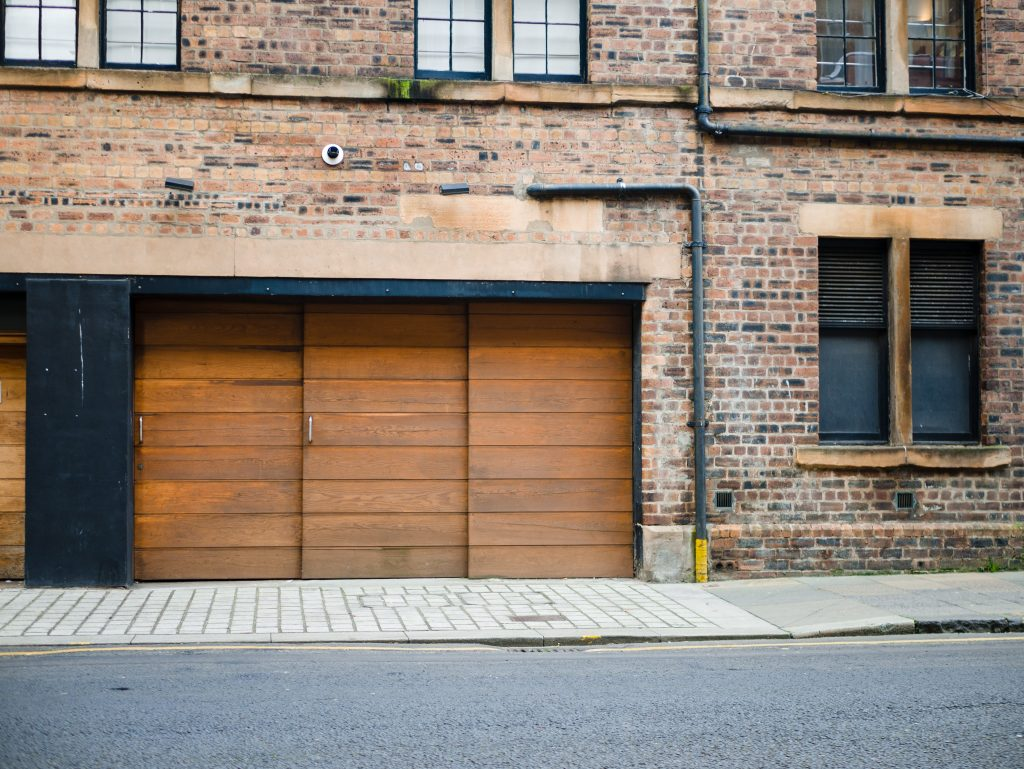 Porte de garage en ville